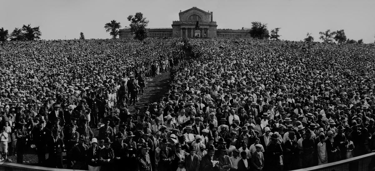 Portion of panoramic photo depicting Lindbergh's homecoming celebration on Art Hill