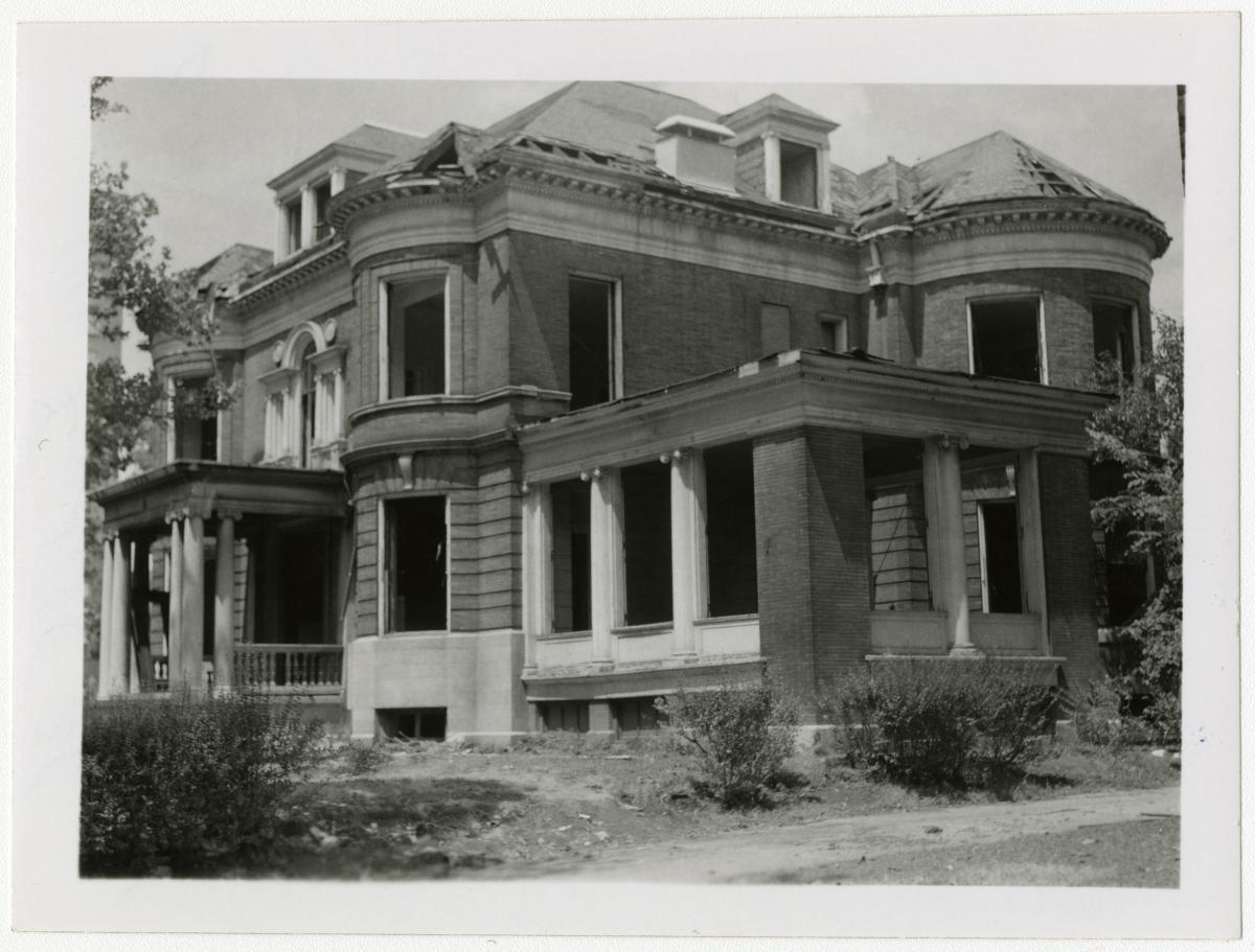 Black-and-white photo of 4499 Lindell, site of first-ever cocktail party