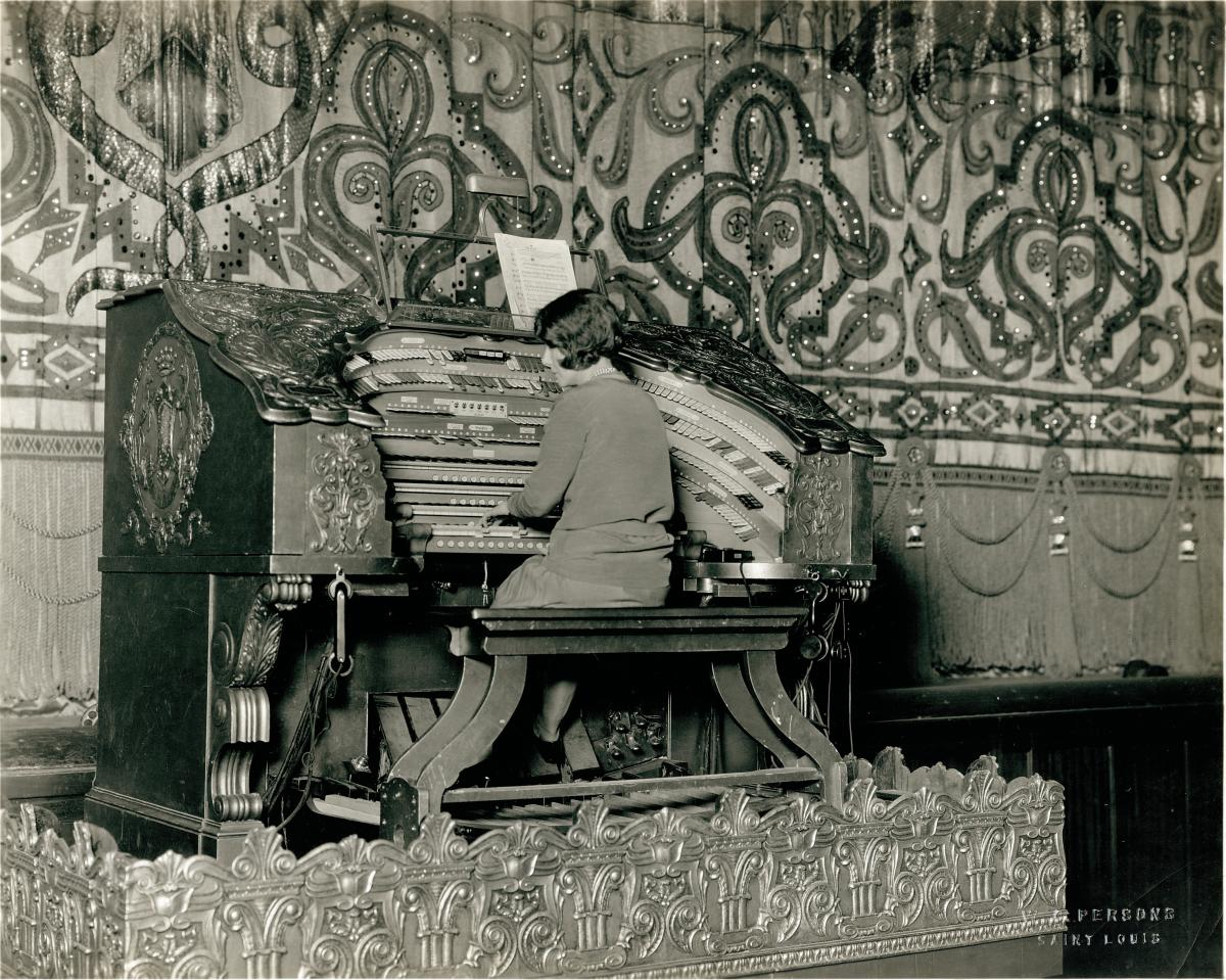 Black-and-white photo of woman playing Wurlitzer organ at the Fox