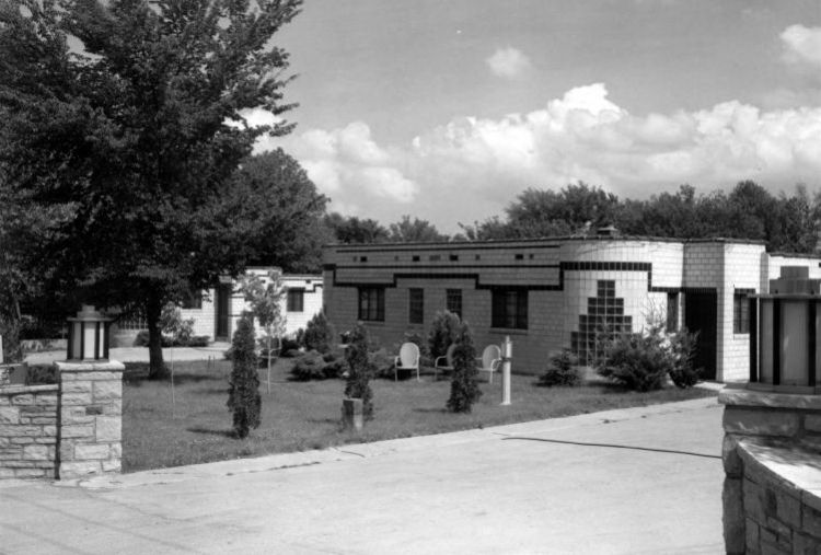 Black-and-white photo of Missouri Motel