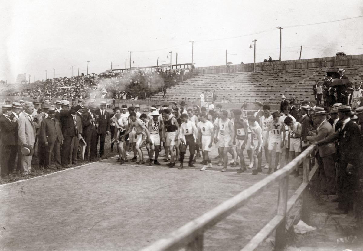 Black-and-white photo fo the start of the 1904 Olympics marathon